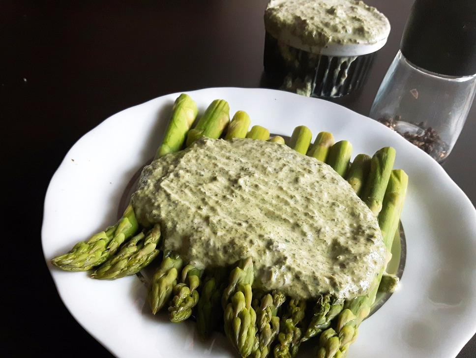 Szparagi z zielonym sosem frankfurckim