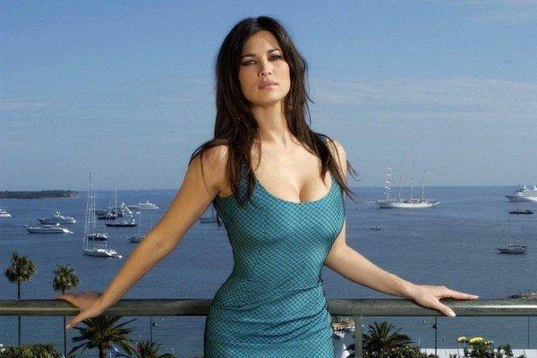 Manuela Arcuri tipo Jacqueline Kennedy
