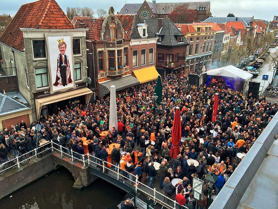 Koningsfeest op de brug