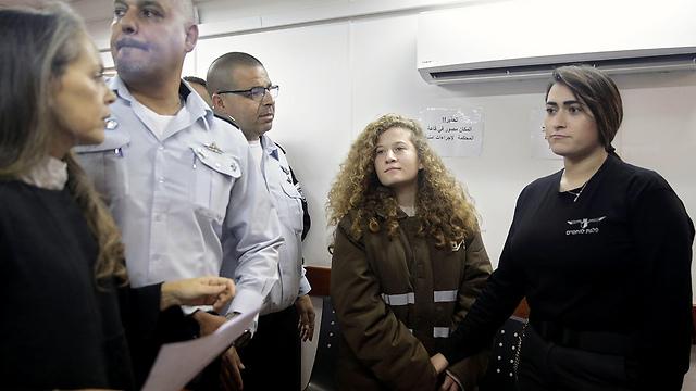 Az izraeli katonákat inzultáló Ahed Tamimi továbbra is őrizetben marad, az Amnesty követeli a szabadon engedését