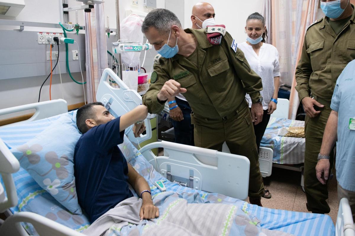 Kochavi meglátogatta a kórházban a gázolásos támadás következtében lábát elvesztő katonát