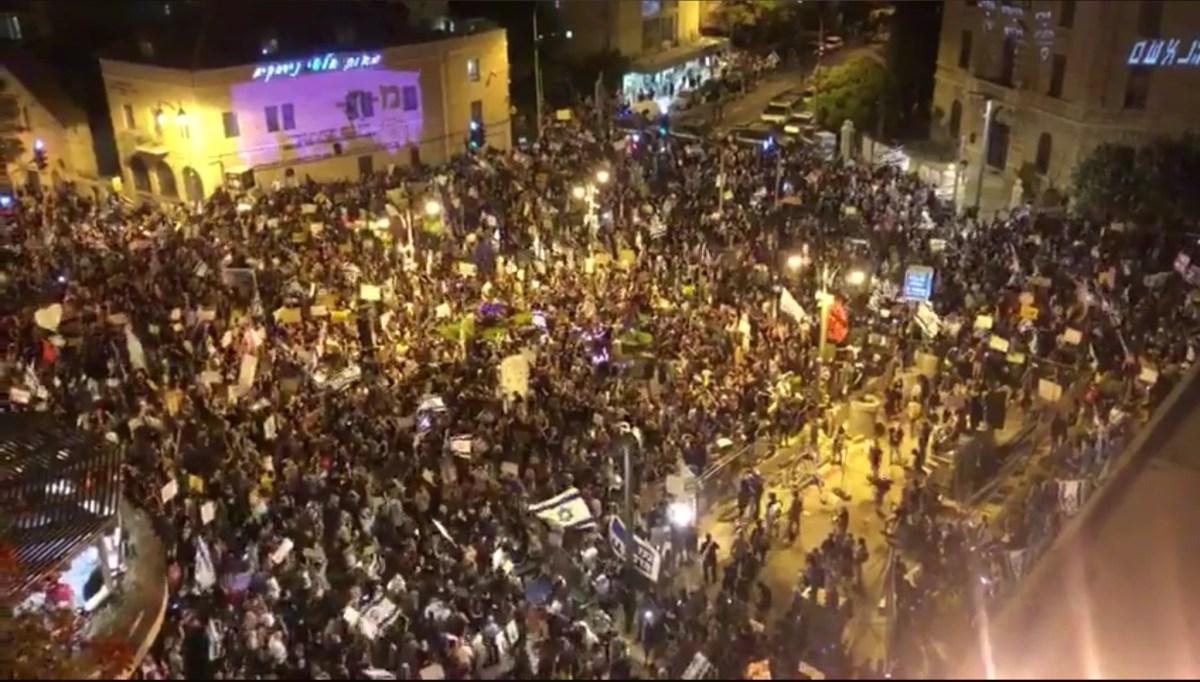 Tízezres tömeg tüntetett Netanjahu ellen a fővárosban