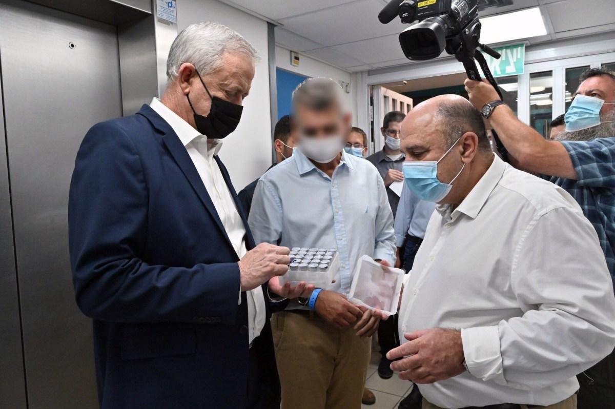 Gantz: a hónap végén elkezdődik az izraeli koronavírus-vakcina tesztelése embereken