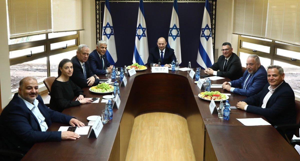 Viharos hangulatban tette le az új kormány az esküt, Naftali Bennett izraeli új miniszterelnöke | Új Kelet online