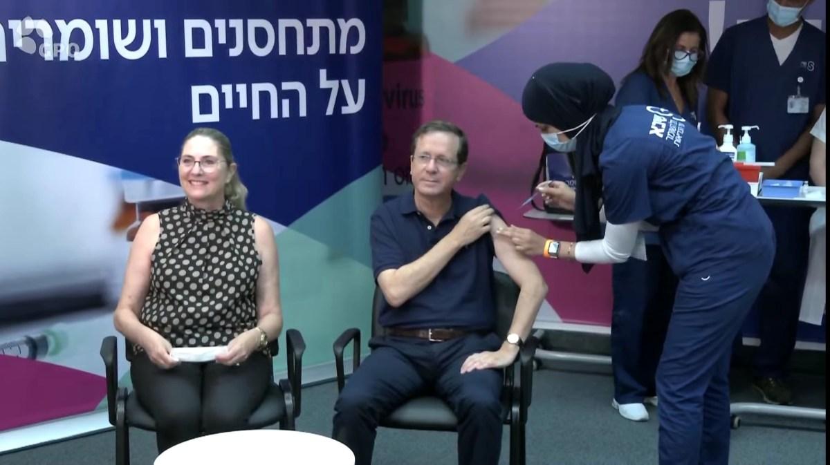 Herzog elnök és felesége megkapta a harmadik adag vakcinát, hivatalosan elindítva az új kampányt   Új Kelet online
