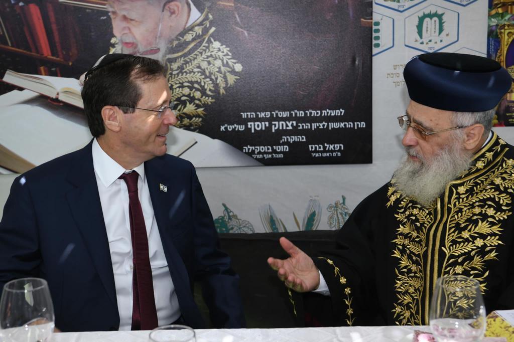 Herzog elnök meglátogatta a szefárd főrabbit szukkot alkalmából   Új Kelet online