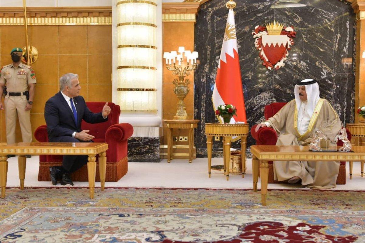 Lapid történelmi találkozója a bahreini királlyal és a trónörökössel   Új Kelet online