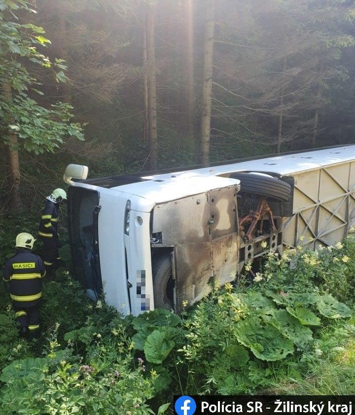 Közúti baleset – felfordult egy autóbusz, gyerekek utaztak benne