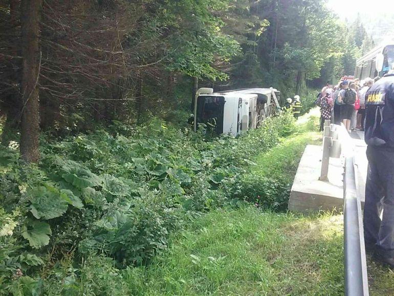 Egy felnőtt és négy gyerek sérült meg a hétfői buszbalesetben