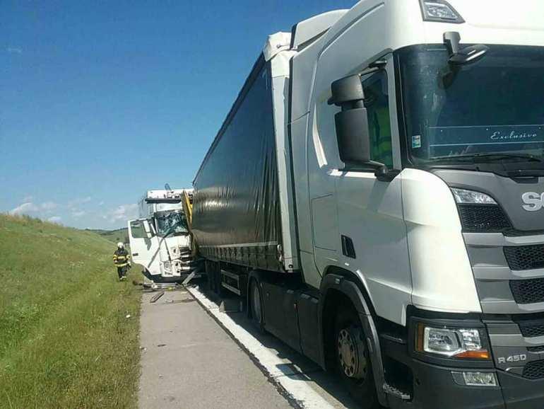 Három teherautó rohant egymásba a Trencséni járásban
