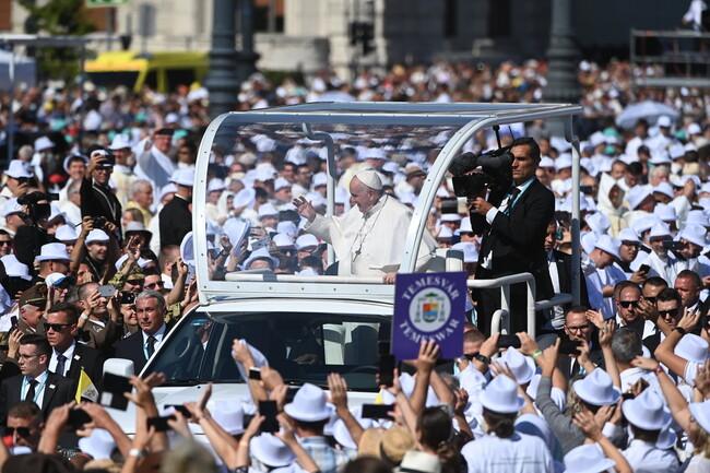 Ferenc pápa köszöntötte a hívőket Budapesten