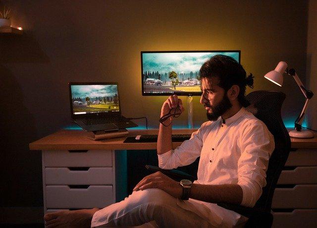 Male Office Room Desk Clean  - Awaix_Mughal / Pixabay