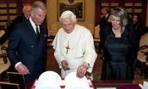 VATICAN CITY - APRIL 27: Prince Charles, Prince of Wales and Camilla and Duchess of Cornwall exchage gifts with Pope Benedict XVI in the library at St. Peter's Basilica on day one of his tour of Italy with Camilla, Duchess of Cornwall, April 27, 2009 in Vatican City. (Photo by Samir Hussein/WireImage)