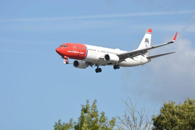 Norwegian Boeing 737 on Finals to London Gatwick