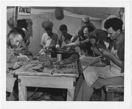 Беженцы из Хорватии и Югославии работают сапожниками в лагере для беженцев в Эль-Шатте, Египет, во время Второй мировой войны.Фото предоставлено Отделом управления архивами и записями ООН.