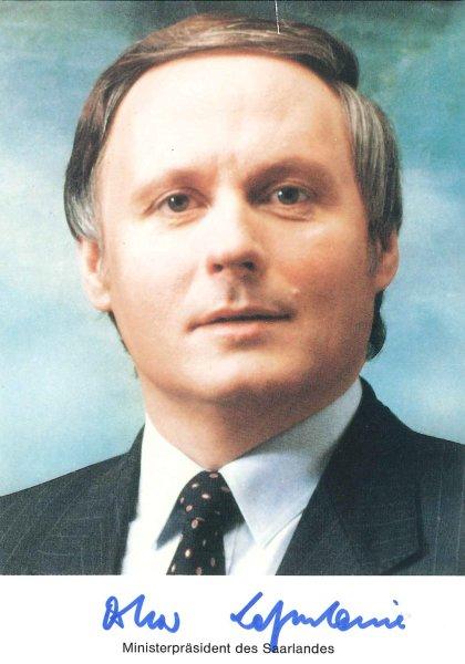 Оскар Лафонтен — колишній земельний міністр землі Саарланд і міністр фінансів у червоно-зеленому уряді, що подав у відставку через незгоду з правим економічним курсом цього уряду. В результаті він очолив лівих соціал-демократів під час їхнього злиття з ПДС.