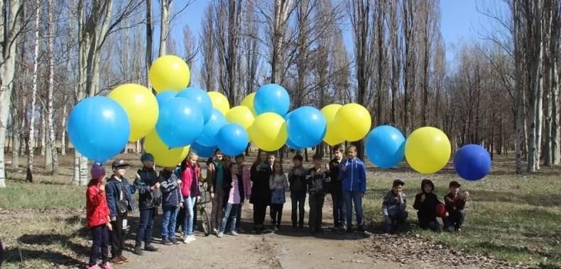 Картинки по запросу Активісти запустили в окуповану Горлівку величезний прапор фото