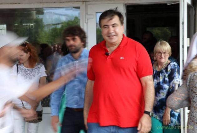 Г-н Саакашвили требует от Порошенко 50 евро за испорченную футболку