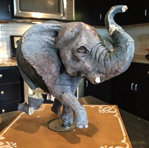 Кондитерский слон, который пострадал при перевозке и нуждается в восстановлении