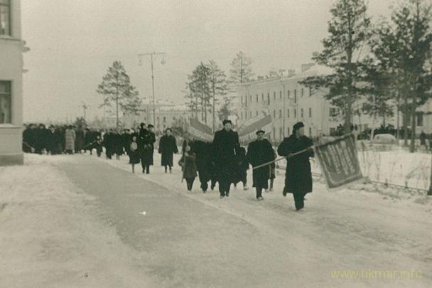 Демонстрация 7 ноября 1957 года, через месяц с небольшим после взрыва. Фото из архива Таисии Фоминой