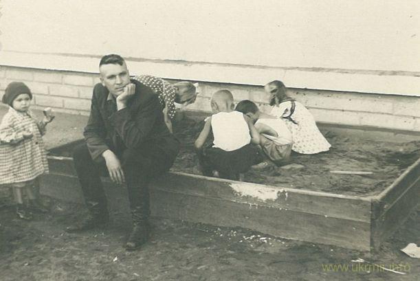 Во дворе дома моей бабушке на улице Менделеева, ещё до аварии. Фото из архива Таисии Фоминой