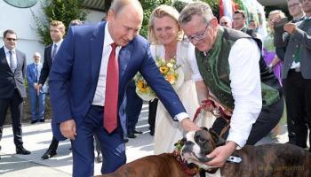 Карин Кнайсль не приглашала Путина на свадьбу, он сам приперся :)