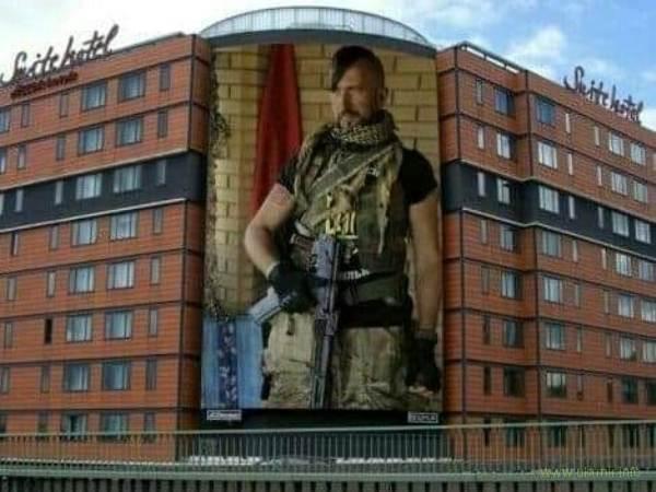 Герої не вмирають! Мережу вразило зображення загиблого в бою співака Василя Сліпака на стіні готелю у ЄС