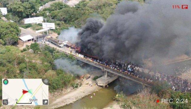 Войска Мадуро сжигают гуманитарную помощь прямо на грузовиках