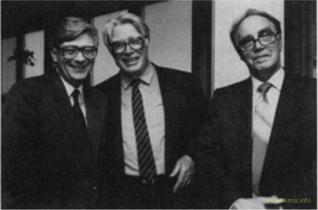 Академик Петр Бургасов (в центре)