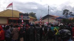 Warga Jayawijaya Demo ke Posindo Tanya Bansos Tunai