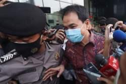KPK Jemput Paksa Azis Syamsuddin di Rumahnya Malam Hari