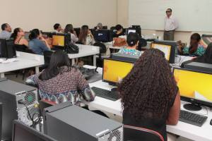 pessoas assistindo aula em frente ao computador