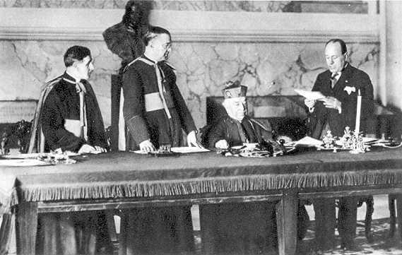 Mussolini bei der Vertragsunterzeichnung - die Faschisten holen sich göttliche Autorität ins Boot.