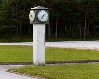 Pelare med fyra klockar på f.d. Gotlands kustartilleriregementes område i Fårösund.