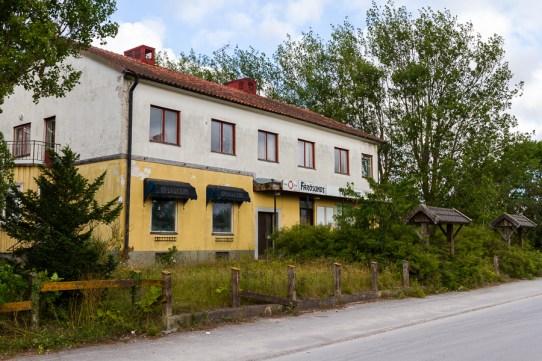 Framsidan på f.d. Fårösunds värdshus. Observera att det finns två portaler och vägar upp mot värdshuset.