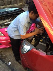 freundlicher Taxifahrer gibt uns Starthilfe