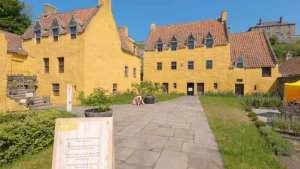 "<img src=""Culross-Palace-Dunfermline-Scotland''.png"" alt=""Дворец Калросс, Данфермлин, Шотландия"">"