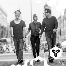 Drei Münchner, die ihre Stadt lieben: Julia, Chris und Friedrich arbeiten mit ausgewählten Grafikern, Künstlern und Illustratoren zusammen, die Souvenir-Prints gestalten und somit ihre Heimat in tragbare Erinnerungen packen. Eine blendende Idee, wie wir finden! www.fy-fy.com www.facebook.com/fyfysouvenirs