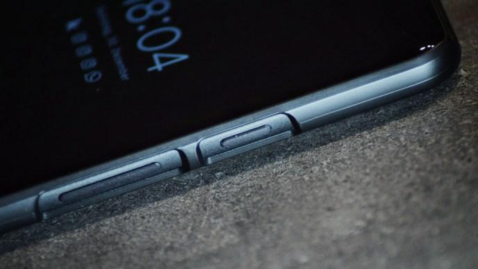 google-pixel-2-xl-spigen-case-closeup
