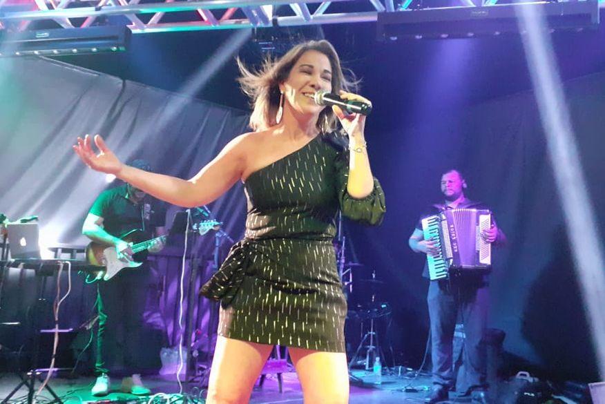 Curada de câncer, cantora que já foi da Banda Magníficos faz live para colaborar com o Hospital Napoleão Laureano