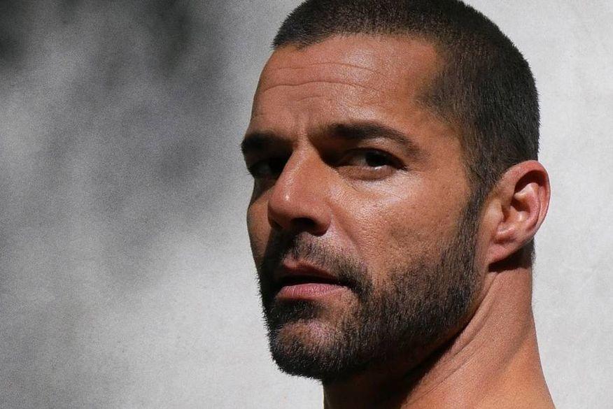 Ricky Martin convida fãs a refletirem sobre cenário atual ao lançar 'Pause', de surpresa
