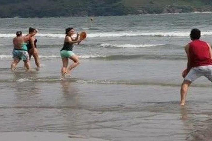 Santos libera banho de mar com distância de 1,5 metro entre banhistas
