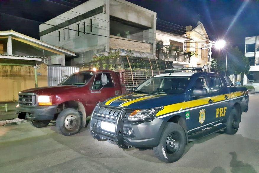 PRF recupera caminhão carregado de macaxeira que havia sido roubado em João Pessoa; condutor fugiu por canavial