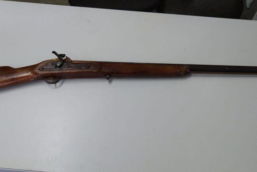 Polícia Militar prende suspeito de tráfico de drogas com arma de fogo em Campina Grande