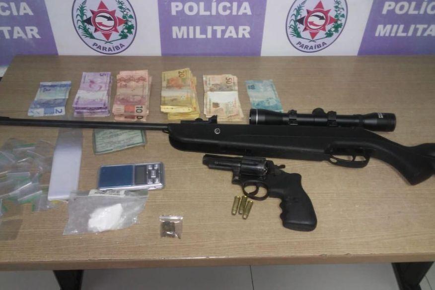 Polícia Militar desarticula boca de fumo, prende homem e apreende drogas e armas no bairro do Bessa