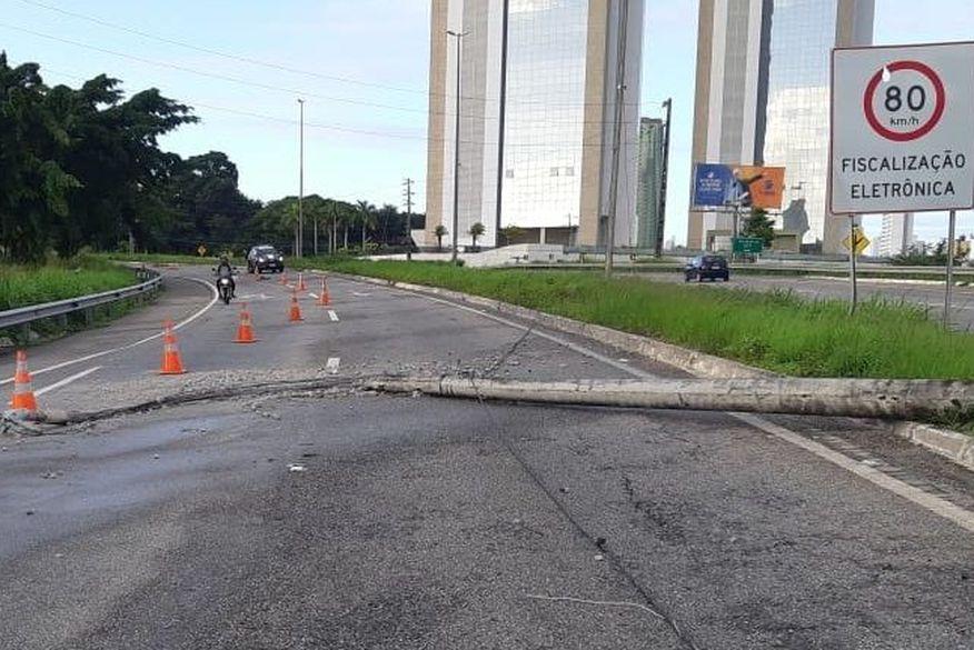 Poste é derrubado após colisão de veículo e trecho da BR-230 é interditado em João Pessoa
