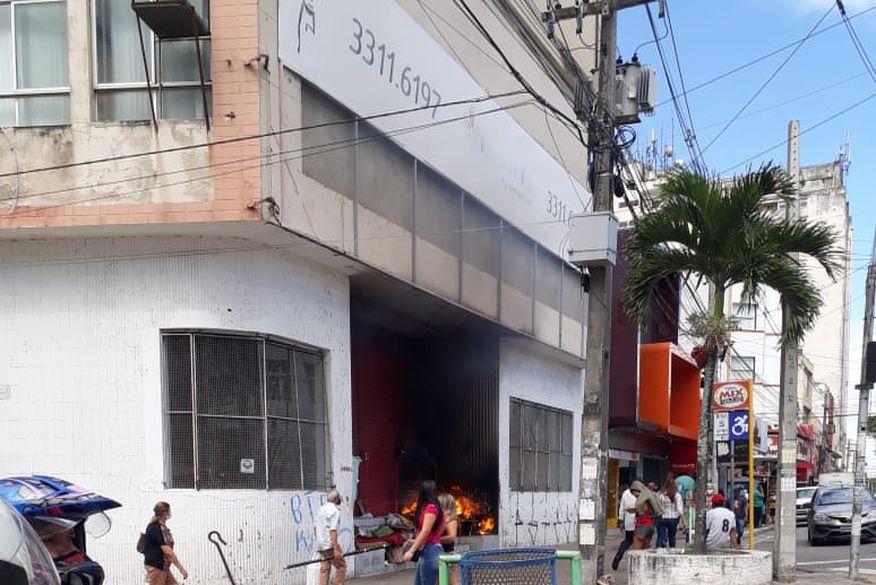 Área externa de loja desativada no Centro de Campina Grande pega fogo durante montagem de abrigo de moradores de rua