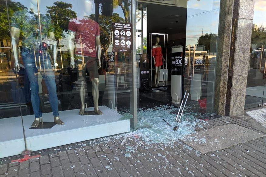 Bandidos arrombam loja de roupas no Centro de João Pessoa
