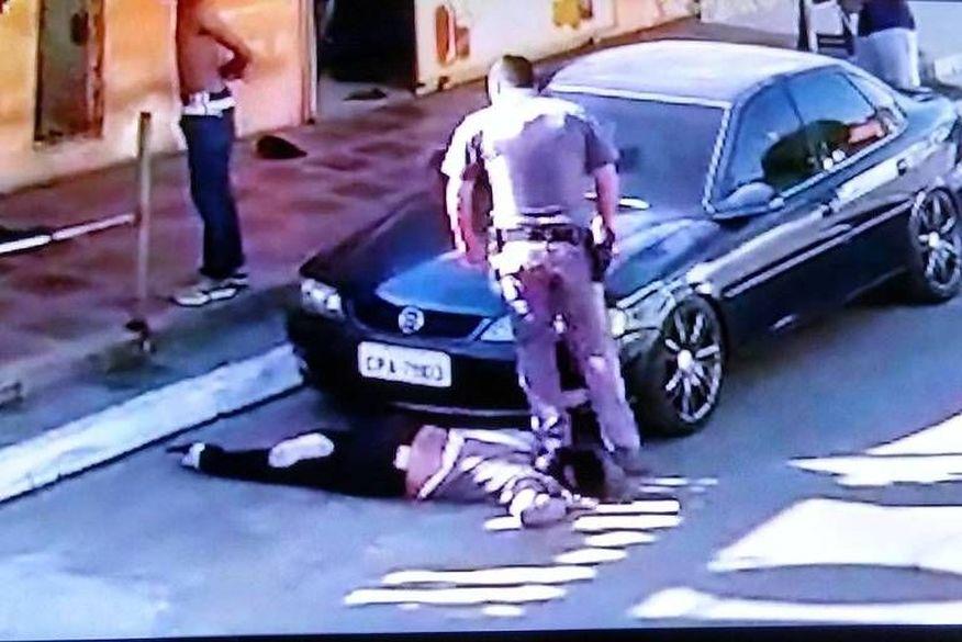 Policial pisa no pescoço de mulher negra e arrasta vítima até calçada
