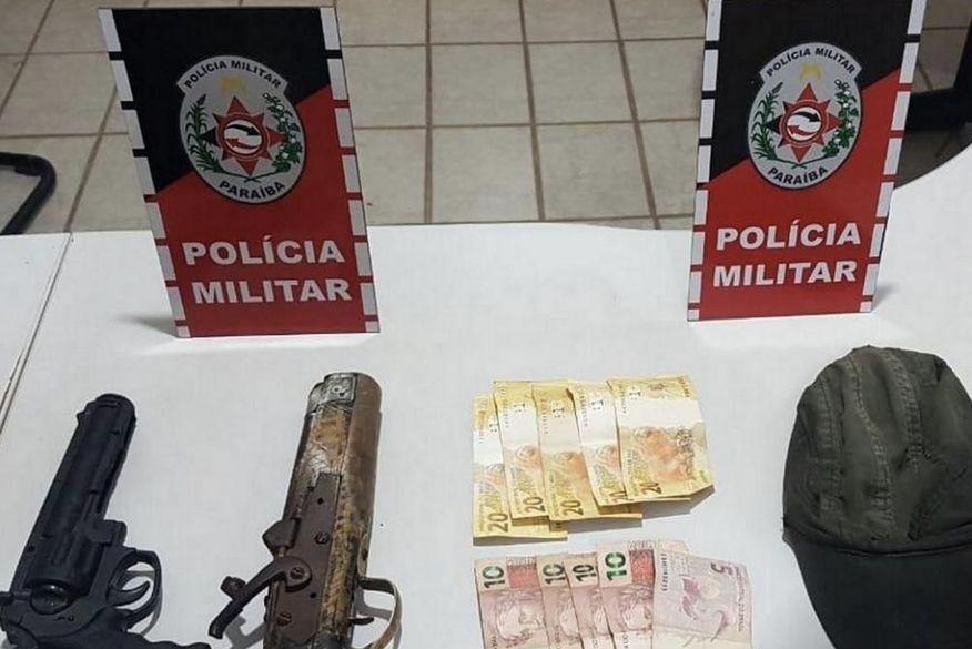 Polícia prende homem e apreende adolescente suspeitos de assaltar farmácia na Paraíba